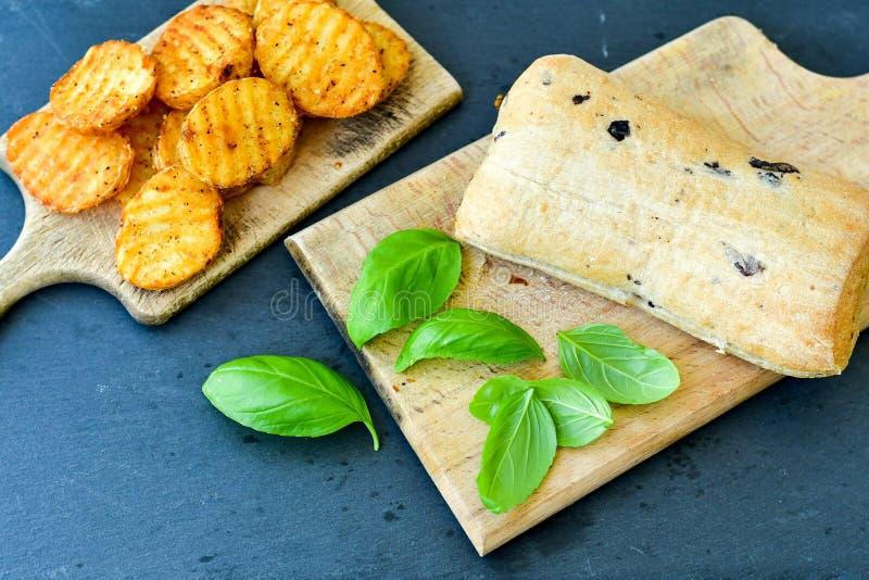 Сандвич хлеба Ciabatta и пряные картошки стоковое изображение