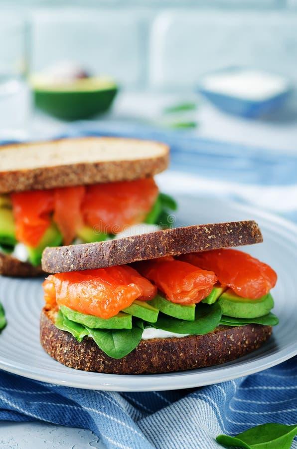 Сандвич Rye шпината авокадоа копченых семг стоковая фотография