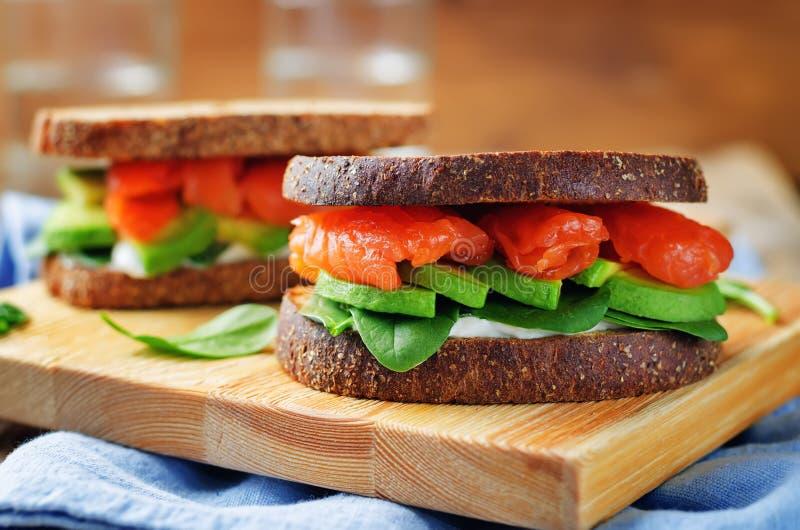 Сандвич Rye шпината авокадоа копченых семг стоковая фотография rf