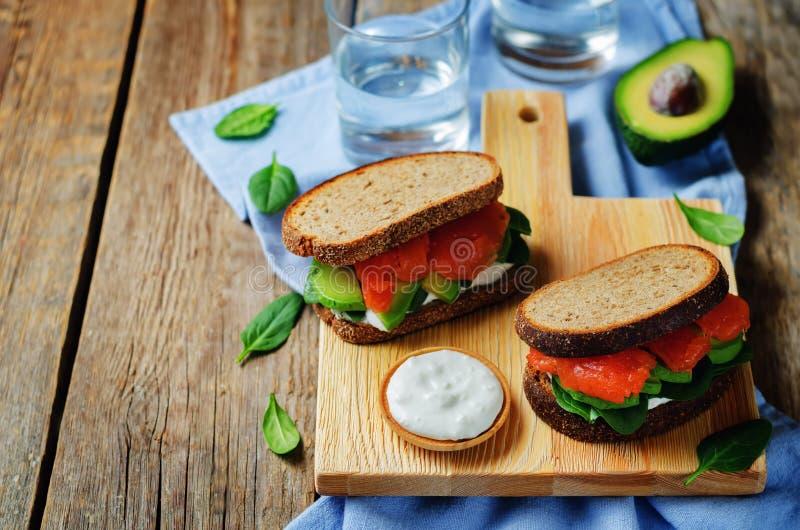 Сандвич Rye шпината авокадоа копченых семг стоковые фото
