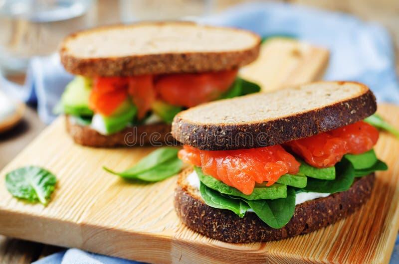 Сандвич Rye шпината авокадоа копченых семг стоковые изображения rf