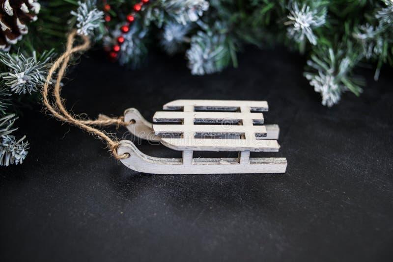 Сани игрушек деревянные с настоящими моментами - подготовка и ` s Eve Нового Года стоковые изображения