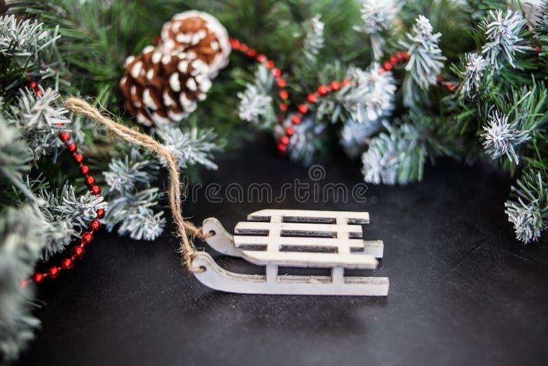 Сани игрушек деревянные с настоящими моментами - подготовка и ` s Eve Нового Года стоковое фото rf