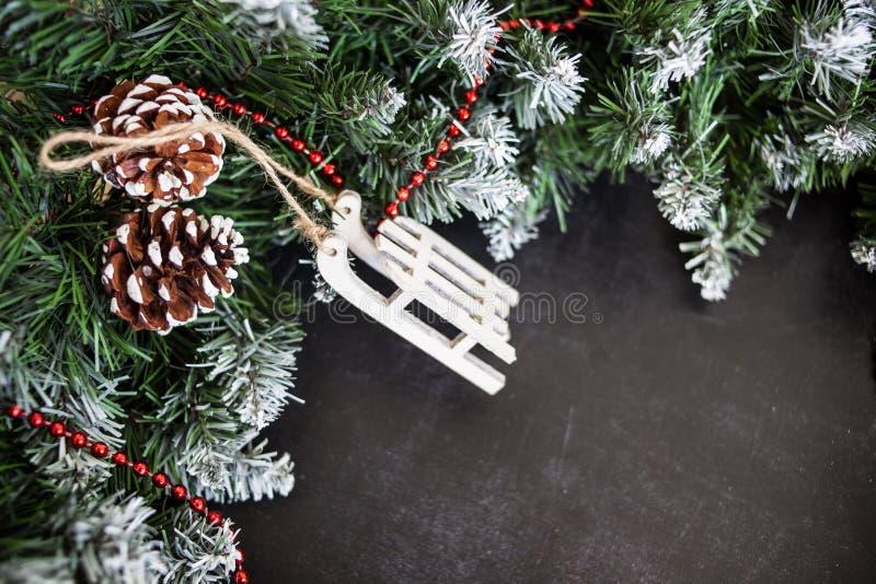 Сани игрушек деревянные с настоящими моментами - подготовка и ` s Eve Нового Года стоковое изображение