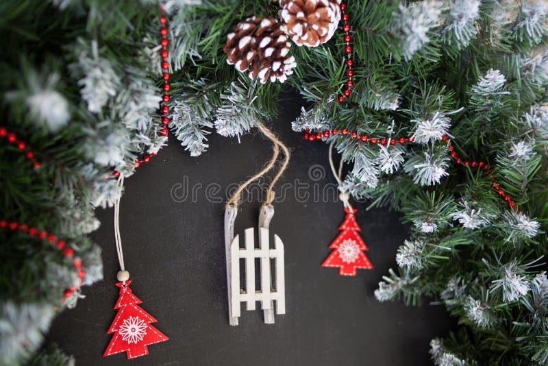 Сани игрушек деревянные с настоящими моментами - подготовка и ` s Eve Нового Года стоковая фотография rf