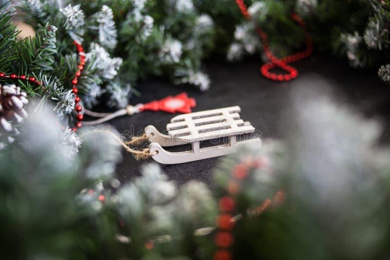 Сани игрушек деревянные с настоящими моментами - подготовка и ` s Eve Нового Года стоковые фото