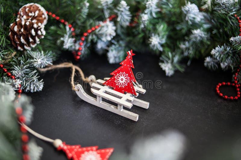 Сани игрушек деревянные с настоящими моментами - подготовка и ` s Eve Нового Года стоковое фото