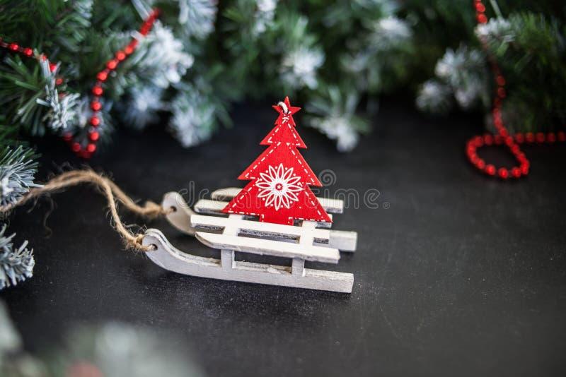 Сани игрушек деревянные с настоящими моментами - подготовка и ` s Eve Нового Года стоковые изображения rf