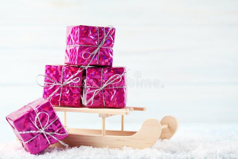 Сани игрушки с подарочными коробками стоковое изображение rf