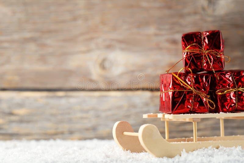 Сани игрушки с подарочными коробками стоковое фото rf