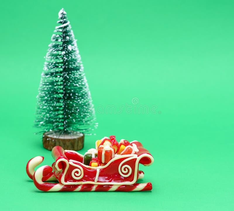 Сани карамельки на зеленой предпосылке стоковое фото