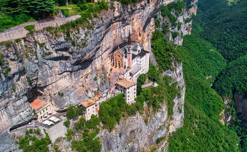 Санктуарий Мадонна делла Корона, популярное туристическое место в Северной Италии стоковые фотографии rf