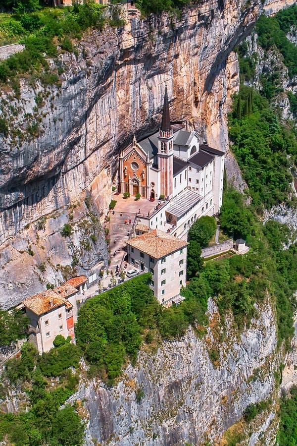 Санктуарий Мадонна делла Корона, популярное туристическое место в Северной Италии стоковая фотография rf