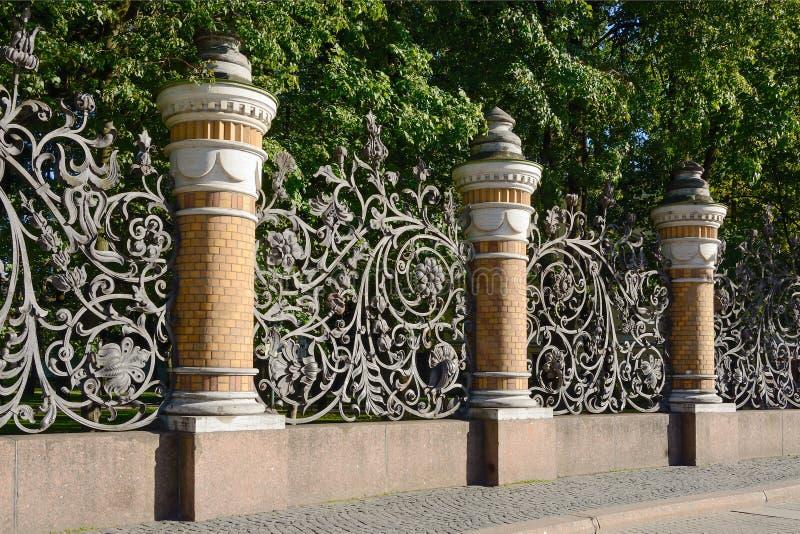 Санкт-Петербург, загородка сада Mikhailovsky стоковая фотография