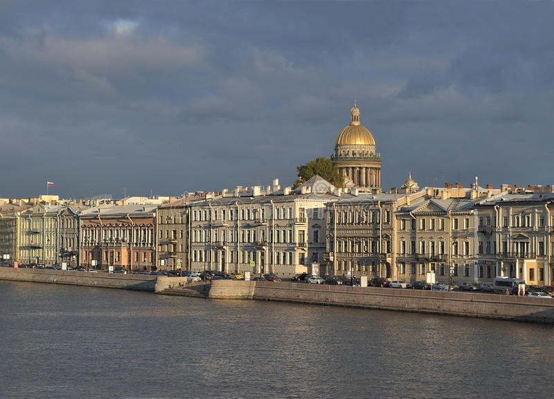 Санкт-Петербург, обваловка Admiralteyskaya в вечере стоковое фото rf