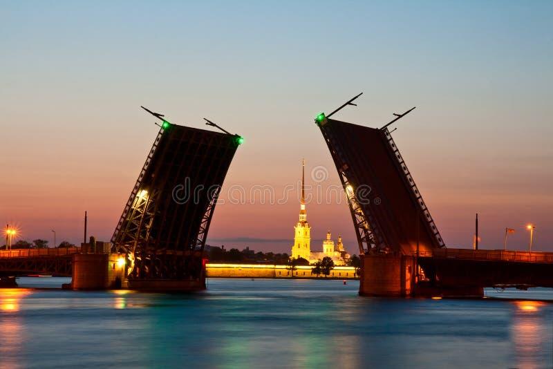 Санкт-Петербург, поднятый мост дворца стоковые изображения rf