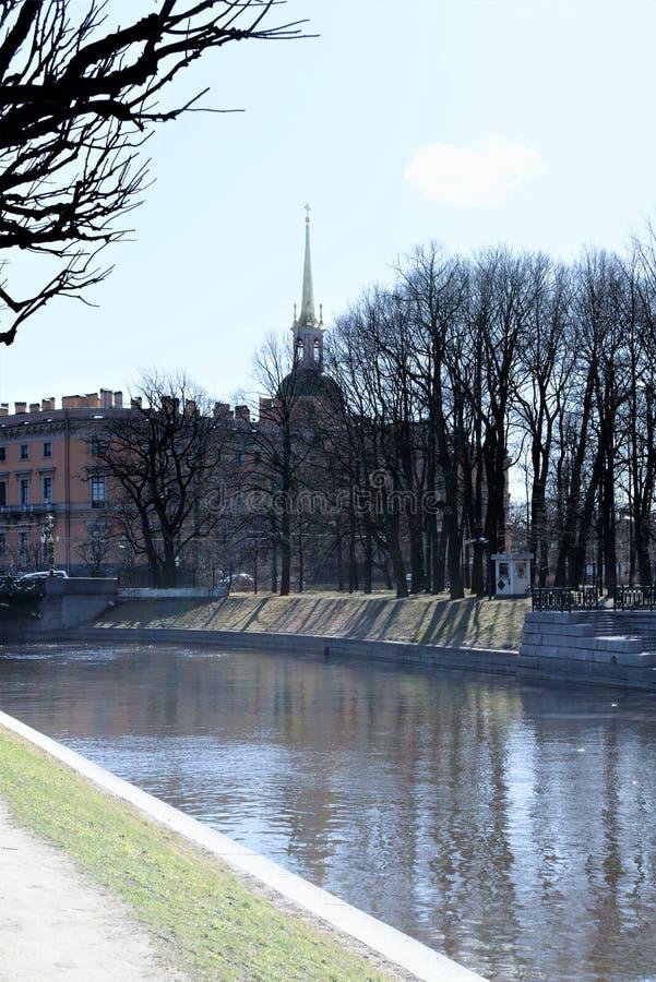 Санкт-Петербург, Россия, апрель 2019 Замок Mikhailovsky от стороны парка стоковое изображение