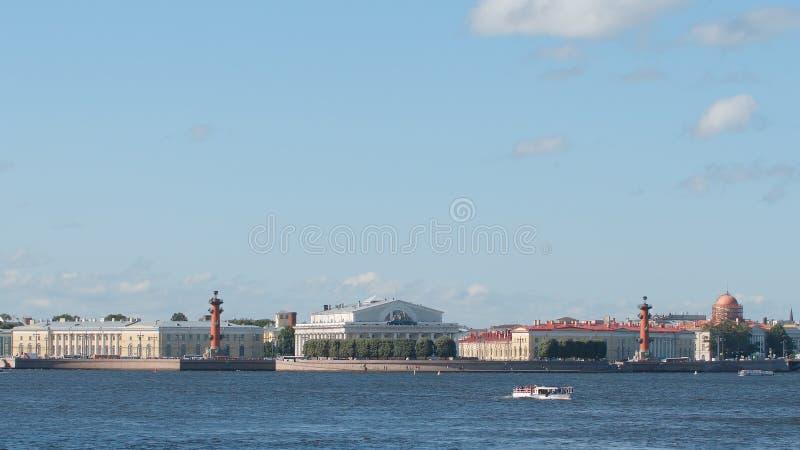 САНКТ-ПЕТЕРБУРГ, РОССИЯ: Вертел острова Vasilievsky стоковое изображение rf