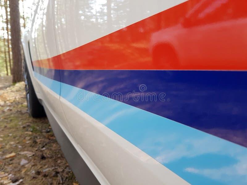 САНКТ-ПЕТЕРБУРГ, РОССИЯ: Взгляд со стороны цвета бренда BMW X5M в лесе на 20-ое июля 2018 стоковое фото