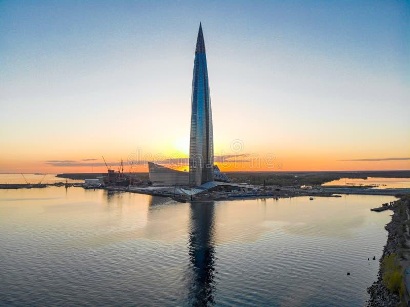 Санкт-Петербург, РОССИЯ - 16-ое апреля 2019: Общественный, центр Lakhta дела сложный, штабы Газпрома небоскреба Gulf of Finland стоковое фото rf