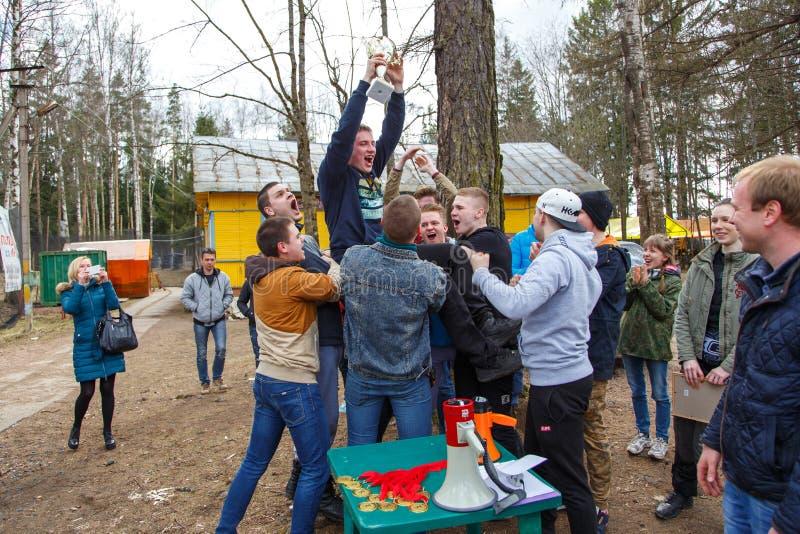 Санкт-Петербург, Россия - 24-ое апреля 2016: Турнир пейнтбола в клубе Snaker между студентом объединяется в команду от 5 универси стоковые фото