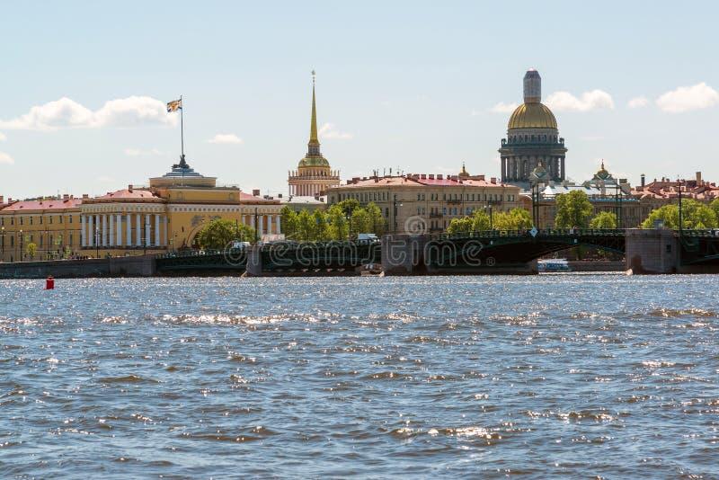 Санкт-Петербург, Россия - 4-ое июня 2017 Взгляд моста дворца, Адмиралитейства, собора St Isaacs стоковая фотография rf