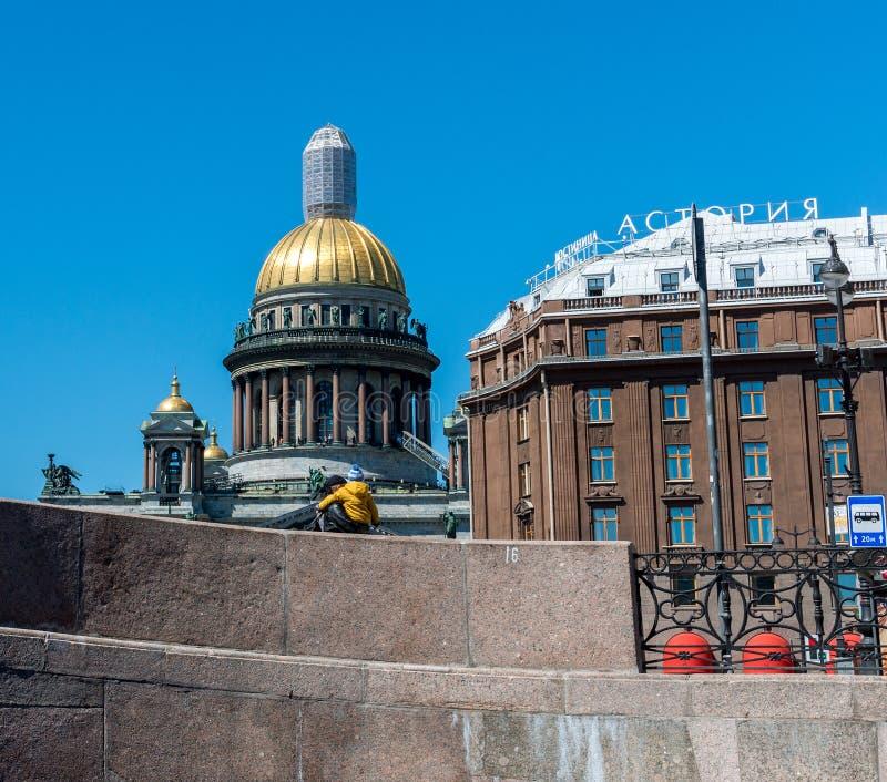 Санкт-Петербург, Россия - 4-ое июня 2017 Взгляд от обваловки к куполу собора St Исаак и гостиницы Astoria стоковые фотографии rf