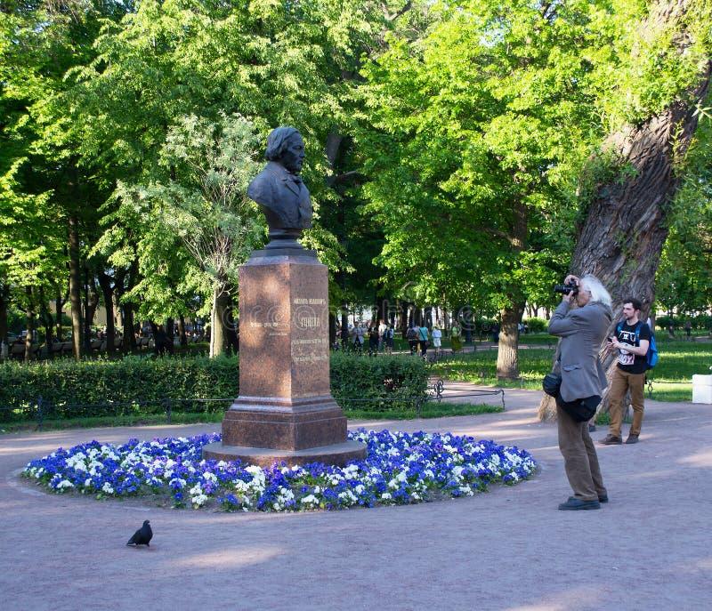 Санкт-Петербург, Россия - 2-ое июня 2016: пожилой человек фотографирует бюст большого композитора Glinka стоковая фотография rf