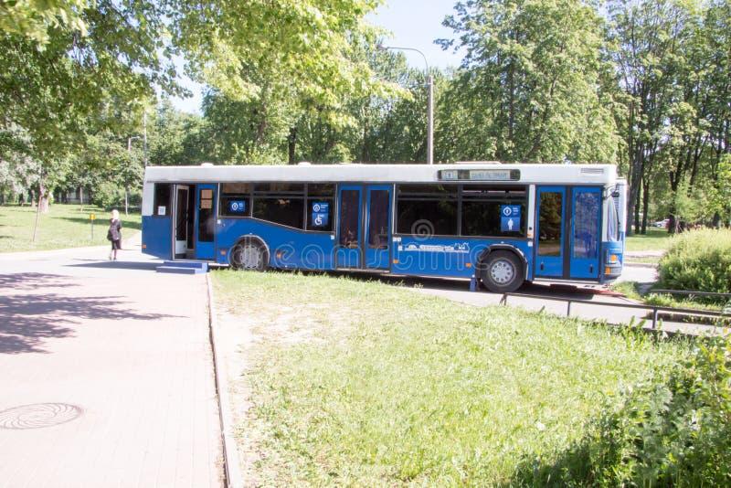 Санкт-Петербург, Россия 12-ое июня 2019 Туалет улицы общественный в форме автобуса r стоковая фотография