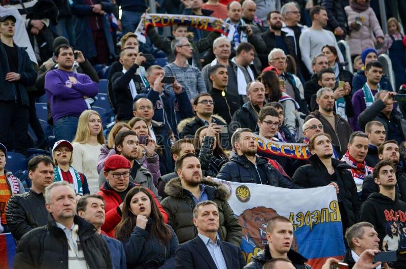 САНКТ-ПЕТЕРБУРГ, РОССИЯ - 27-ое марта 2018: Вентиляторы русского футбола стоковая фотография rf