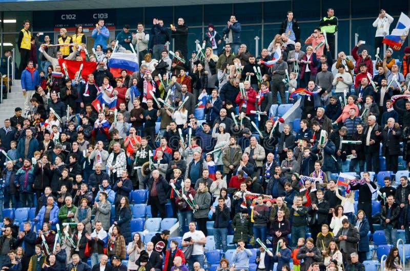 САНКТ-ПЕТЕРБУРГ, РОССИЯ - 27-ое марта 2018: Вентиляторы русского футбола стоковые фото
