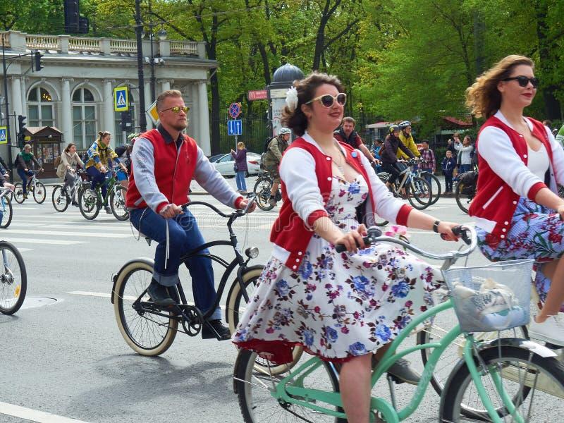 Санкт-Петербург, Россия - 28-ое мая 2017: Люди едут велосипеды в центре Санкт-Петербурга Участники парада велосипеда внутри стоковое изображение rf