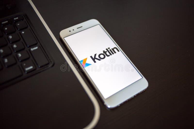 САНКТ-ПЕТЕРБУРГ, РОССИЯ - 16-ОЕ МАЯ 2019: Язык программирования Kotlin для мобильного развития, концепции стоковые изображения