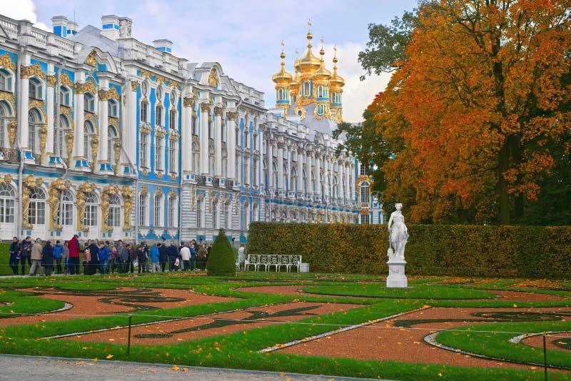 Санкт-Петербург, Россия - 2-ое октября 2011: Дворец Катрин в Tsarskoye Selo - объекте внимания много туристов стоковые изображения