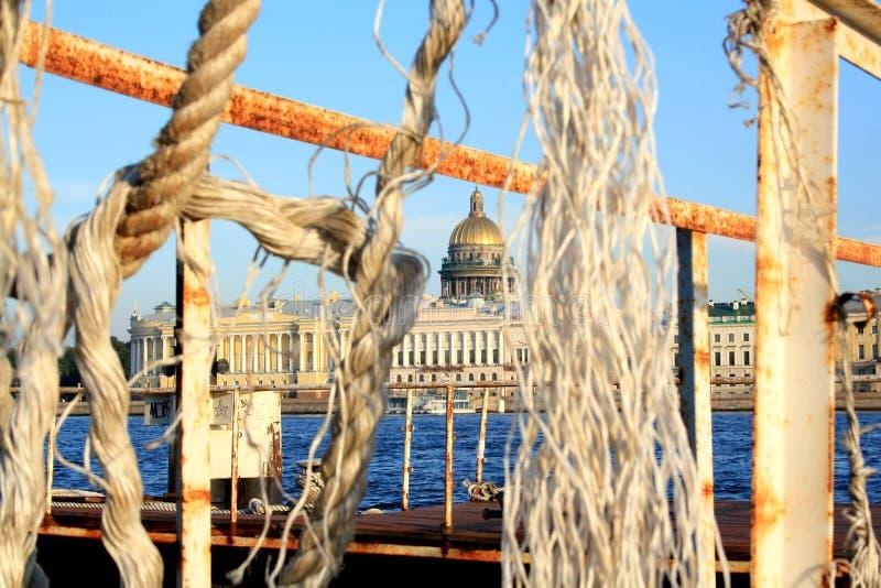 САНКТ-ПЕТЕРБУРГ, РОССИЯ - 12-ое сентября 2011: Взгляд собора St Исаак от стороны oppisite реки стоковое фото rf