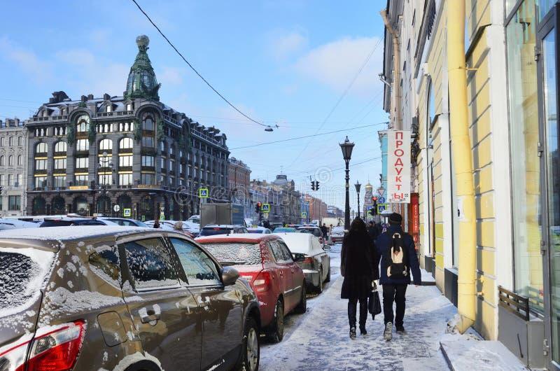 Санкт-Петербург, Россия, 22-ое февраля 2018 Люди идя вдоль перспективы Nevsky в зиме в Санкт-Петербурге стоковое фото rf