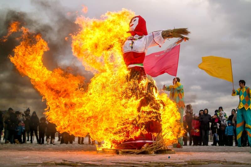 Санкт-Петербург, Россия - 22-ое февраля 2015: Гореть кукол для того чтобы отпраздновать прибытие на праздник Maslenitsa стоковое изображение