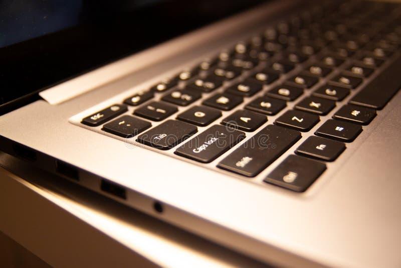 Санкт-Петербург, Россия - 17-ОЕ ЯНВАРЯ 2019: близкая поднимающая вверх клавиатура тетради pro 15 ноутбука Xiaomi 6 дома внутренне стоковое фото
