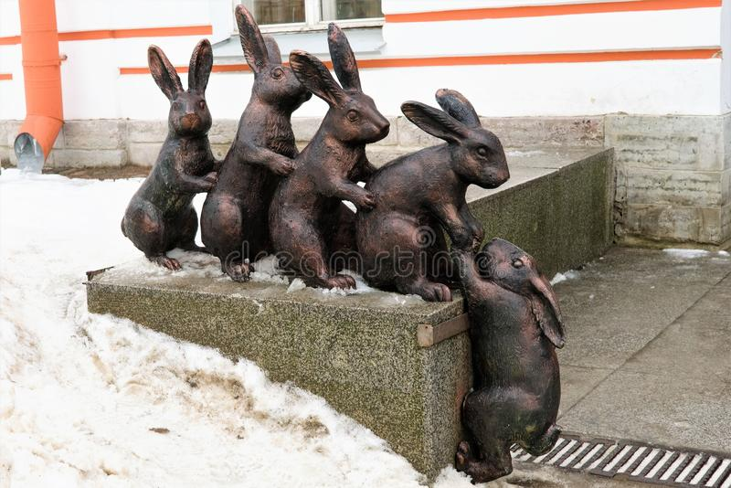 Санкт-Петербург, Россия, 2-ое января 2019 Скульптурная группа в составе бронзовые зайцы во дворе  крепости Питер и Пол стоковое фото