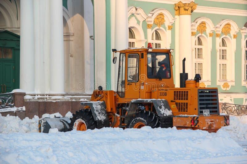Санкт-Петербург, РОССИЯ - 16-ое января 2016, удаление снега на квадрате дворца, зима, рассвет стоковая фотография rf