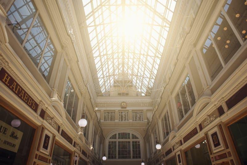 Санкт-Петербург, Россия - около июнь 2017: внутренний современный торгового центра центр города внутри Санкт-Петербурга стоковое изображение rf