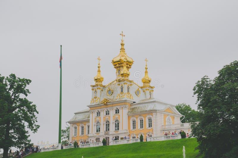 Санкт-Петербург, Россия - церковь июня 2016 на дворце в Peterhof стоковое фото rf