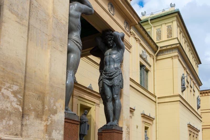САНКТ-ПЕТЕРБУРГ, статуи Атлантиды стоковые изображения rf