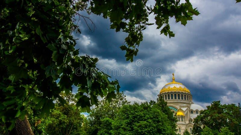 Санкт-Петербург Kronshtadt Россия 19-ое июня 2018 Военноморской собор St Nicholas в Kronstadt стоковая фотография
