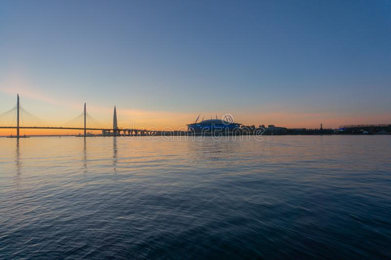 Санкт-Петербург, Wiews к заливу загоренному пестроткаными светами вечером стоковые фотографии rf