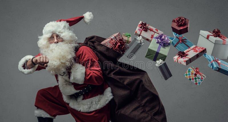 Санта Клаус бежать и поставляя подарки стоковая фотография