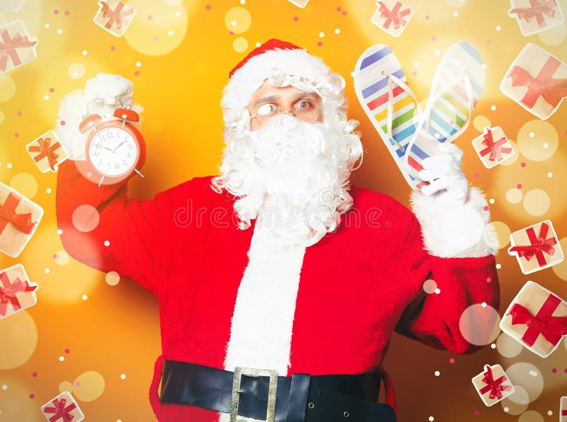 Санта Клаус держа темповые сальто сальто и будильник стоковая фотография rf