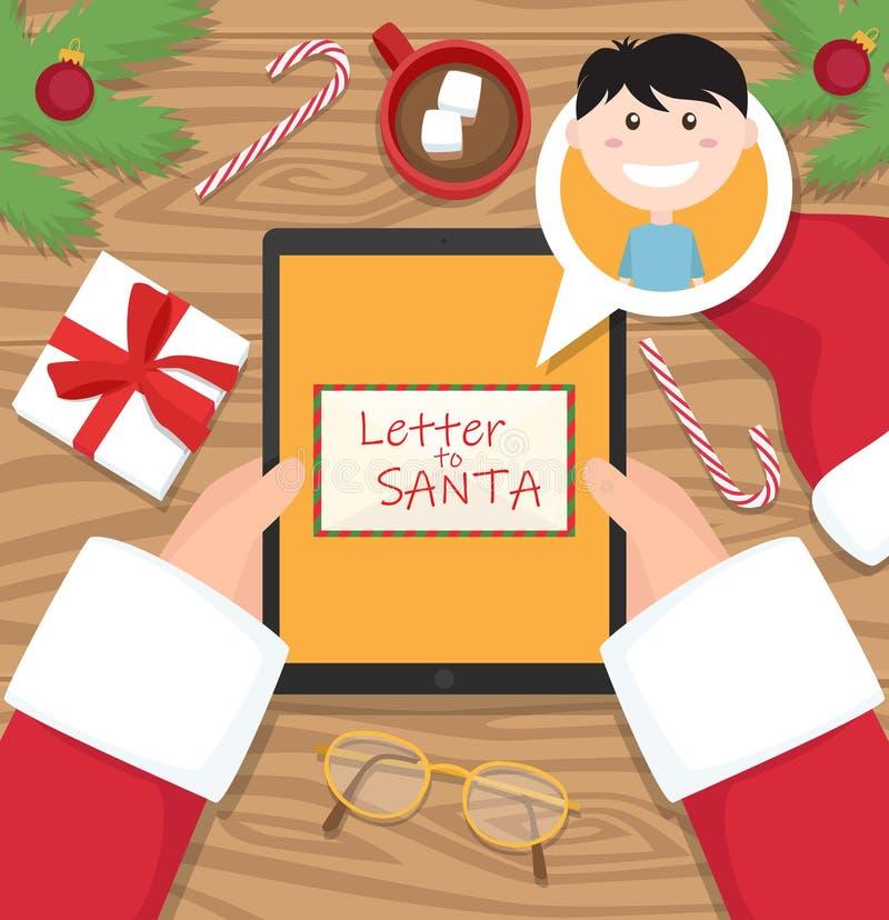 Санта Клаус держит планшет с письмом от молодого мальчика стоковое фото rf