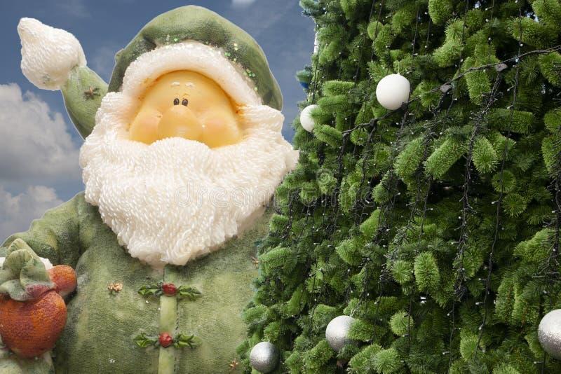 Санта Клаус и винтажный будильник, сетноой-аналогов будильник, полуночное время стоковое фото