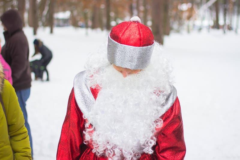 Санта Клаус на парке зимы стоковое изображение